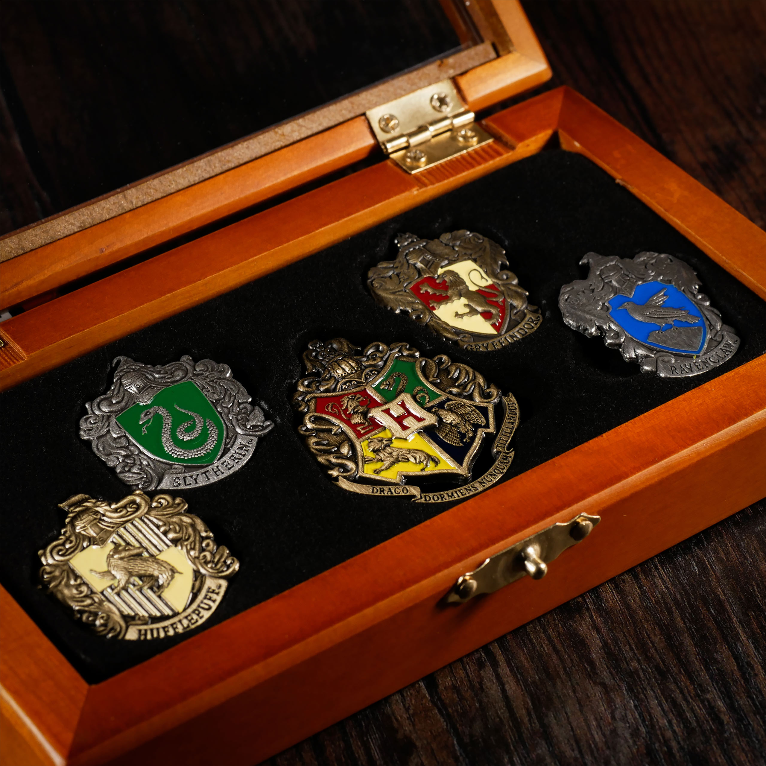 hogwarts h user pins harry potter noble collection exklusive kostbarkeiten. Black Bedroom Furniture Sets. Home Design Ideas